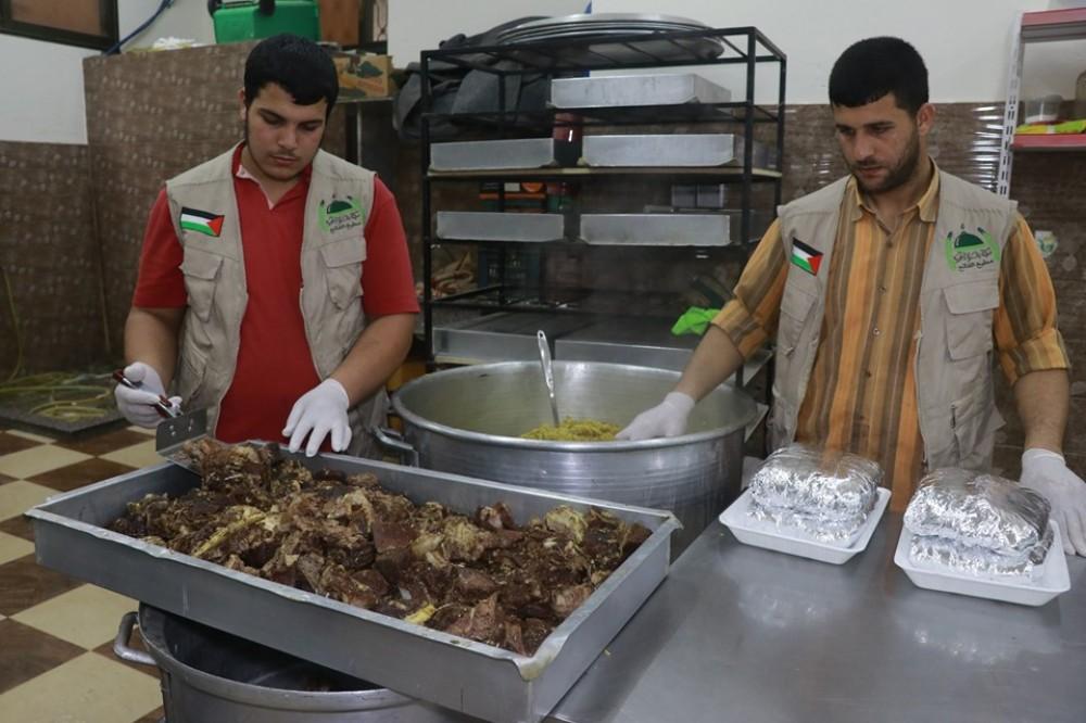 تكية غزة الخيرية توزع 420 وجبة إفطار من بداية شهر رمضان على الأسر المحتاجة