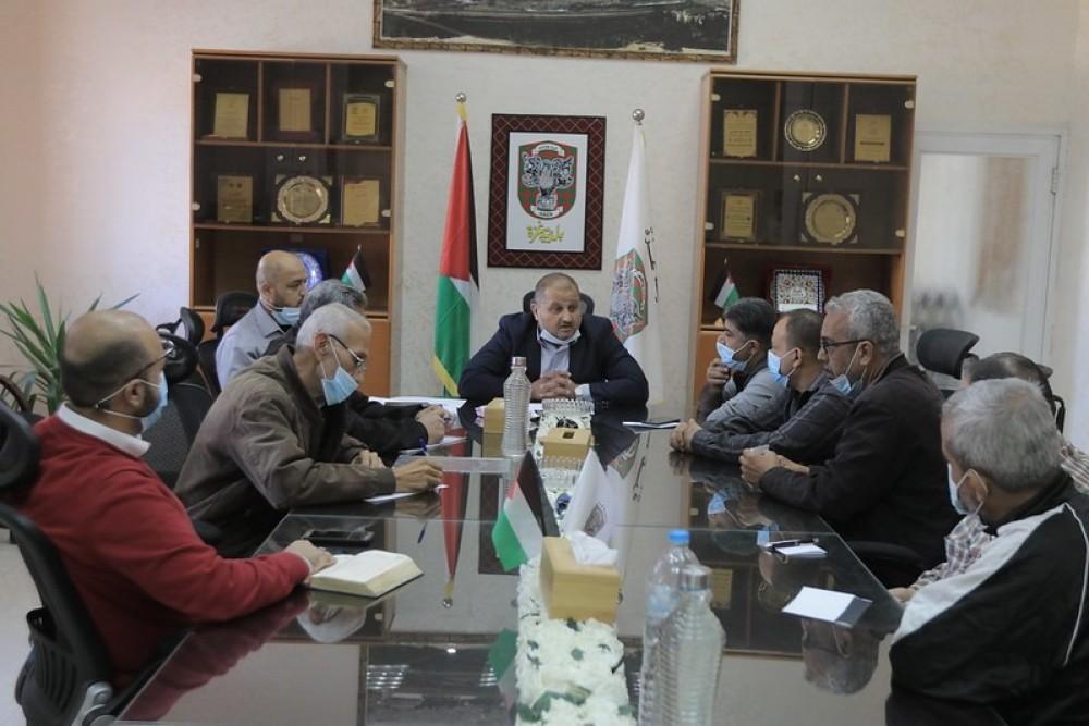 بلدية غزة تبحث نقل محلات
