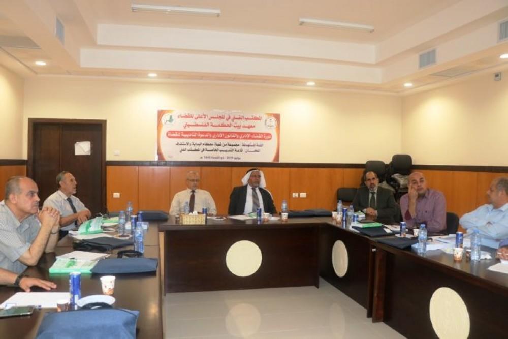 القضاء يعقد دورة تدريبية حول القانون والقضاء الإداري