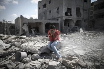 اللجنة القطرية: تسليم دفعة مالية لـ580 من المدمرة منازلهم