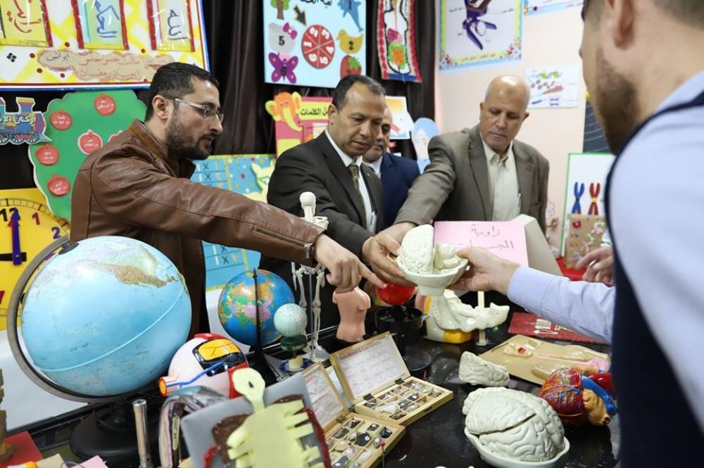 بالصور| مدارس مديرية تعليم غرب غزة تقيم معرضاً فنياً ثقافياً علمياً