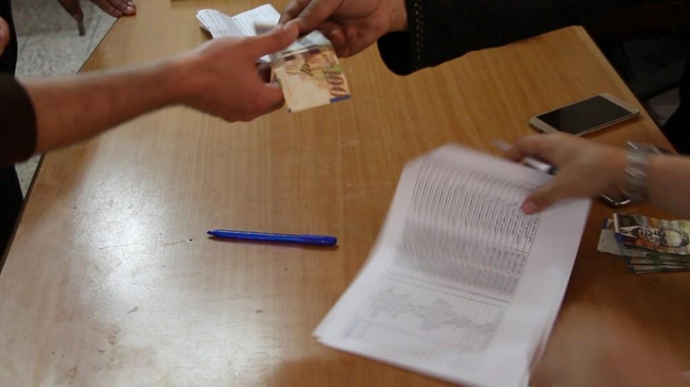 لجنة زكاة الشجاعية توزع مساعدات مالية علي الأسر الفقيرة