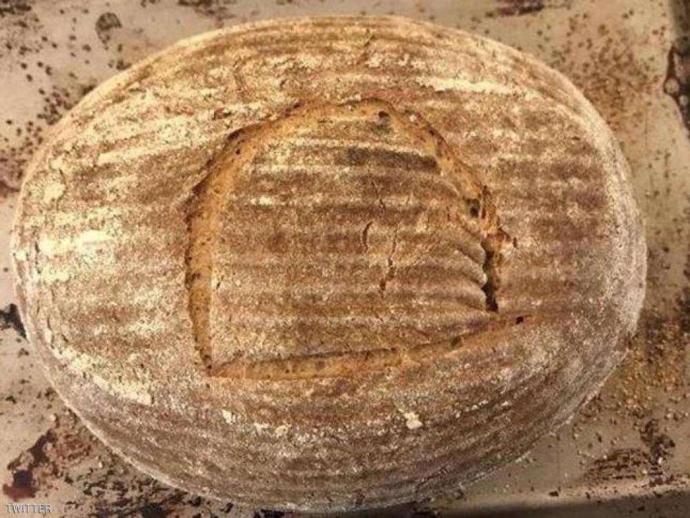 يخبز رغيفا باستخدام خميرة