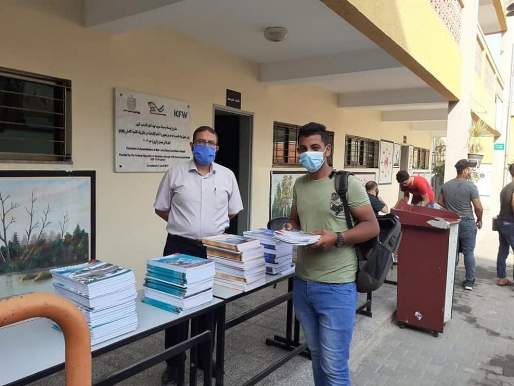 تعليم شمال غزة توزّع كتب الثانوية العامة على طلبتها وفق إجراءات السلامة