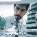 عندما يجتمع الطب بالفن.. عراقي يبدع برسم لوحات بالبكتيريا