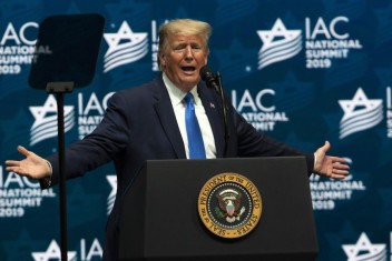 """ترامب يهدد الفلسطينيين ويتفاخر بما قدمه لـ """"إسرائيل"""""""