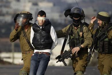 الاحتلال يعتقل 14 مواطناً من الضفة بينهم صحفي
