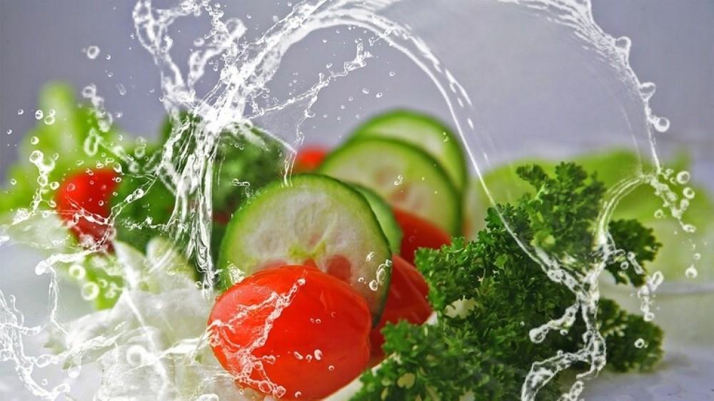 هل يجب غسل اللحوم والخضروات النيئة قبل طهوها؟