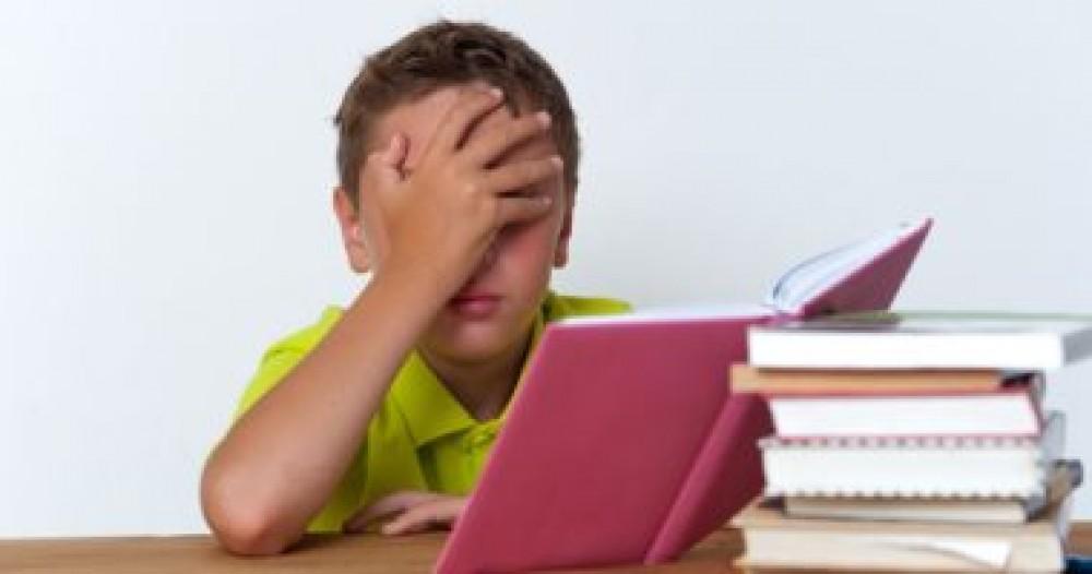 أسباب تجعل طفلك يعانى من الصداع.. أبرزها الكمبيوتر والأنيميا