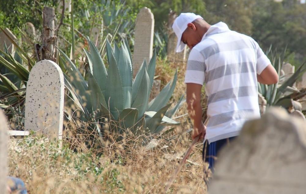 نزلاء مراكز الإصلاح والتأهيل يشاركون في تنظيف مقبرة الساحة