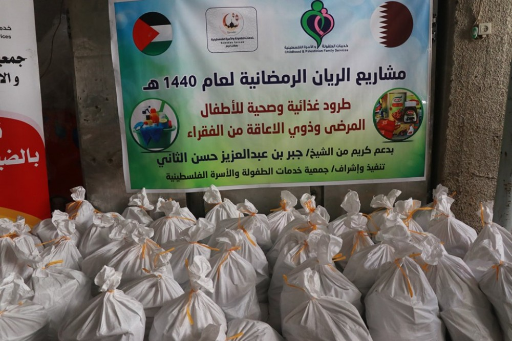 خدمات الطفولة توزع طروداً غذائية على 150 أسرة محتاجة