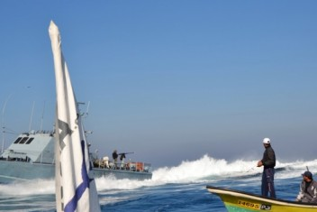 الاحتلال يفرج عن الصياد الجريح رجب أبوريالة بعد اعتقال دام 7 أيام