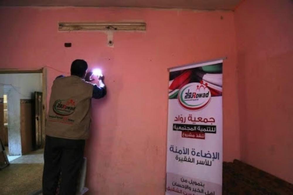 جمعية رواد توزع لدات انارة على منازل الفقراء
