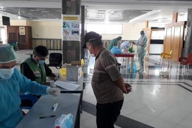 مجمع عدوان الطبي يجري الفحوصات الطبيةPCR في معبر رفح البري