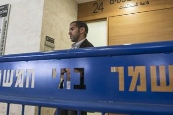 """هيئة الأسرى: محكمة """"عوفر"""" تمدد توقيف الأسير المصاب المصري"""