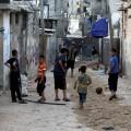 أطفال يلهون بأحد مخيمات اللاجئين في قطاع غزة