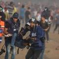 صحفيون يسعفون زميلاهم خلال تغطيتهم مسيرات العودة- ارشيف