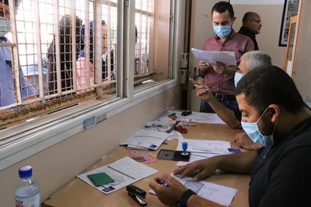 تعليم شرق غزة تتبع إجراءات السلامة الصحية في تسجيل طلبة الاكمال