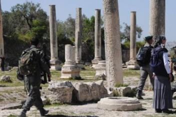 مستوطنون وجنود الاحتلال يقتحمون الموقع الأثري في سبسطية