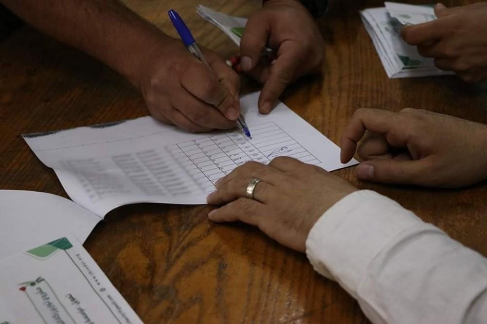 لجنة زكاة النصر رفح  توزع شيكات صدقة فطر على الأسر الفقيرة