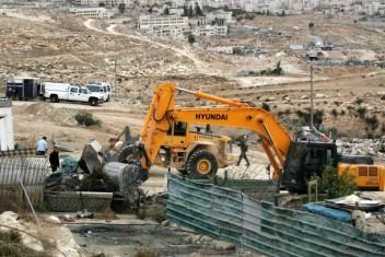 الاحتلال يهدم مساكن ويدمر خط مياه بالأغوار