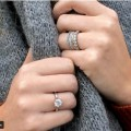 سيدة تعثر على خاتم زواجها بعد أن فقدته في ماء البحر