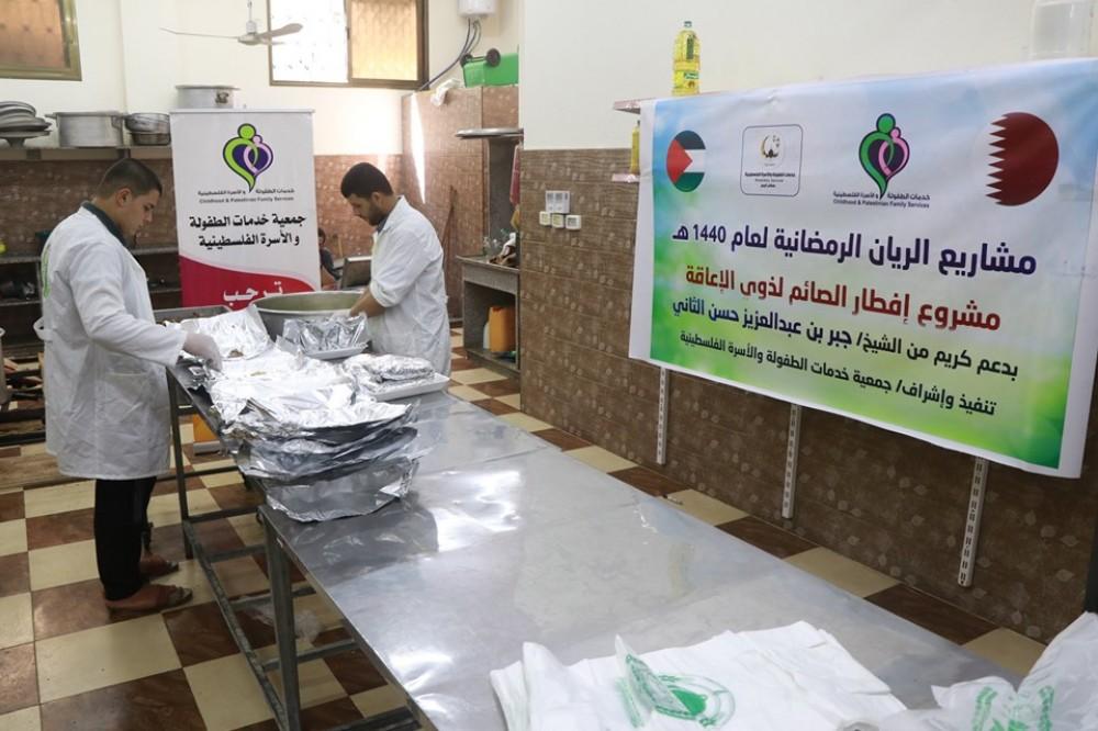 خدمات الطفولة توزع وجبات إفطار الصائم على 100 أسرة محتاجة
