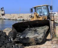 وزارة النقل والمواصلات تقوم بإزالة الصخور من حوض الميناء لحماية مراكب الصيد / تصوير/ مدحت حجاج