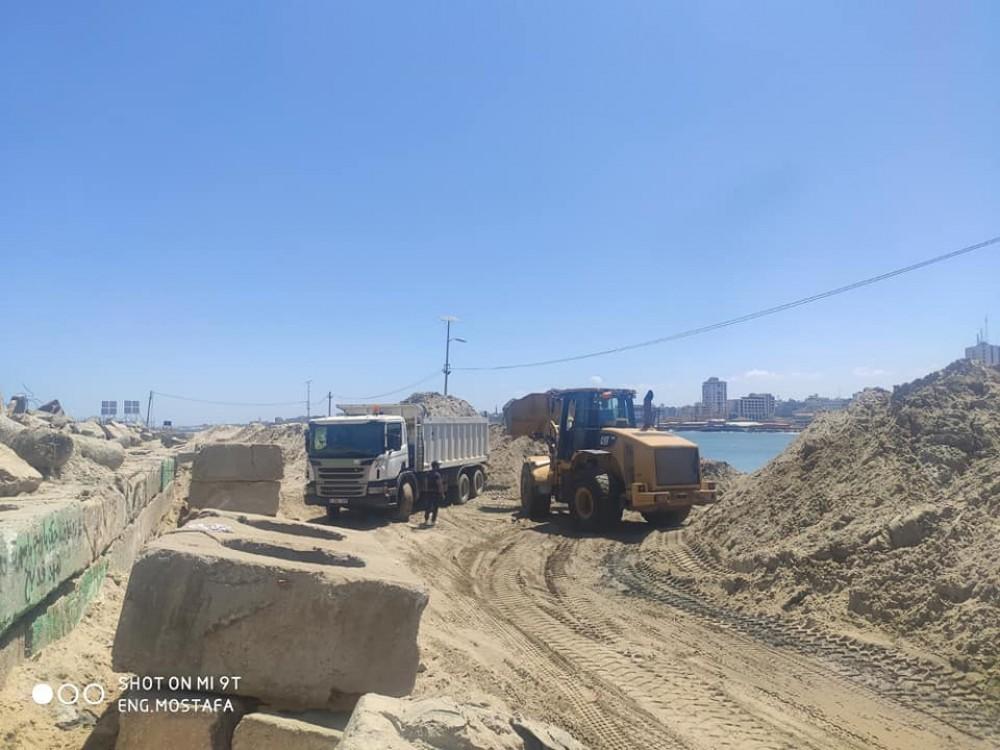 وزارة الأشغال تواصل أعمال تعميق حوض ميناء غزة