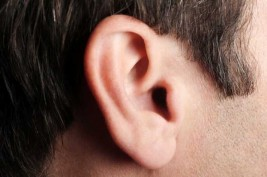 هل يتحدث أحدهم عنك.. لماذا نسمع طنين الأذن؟