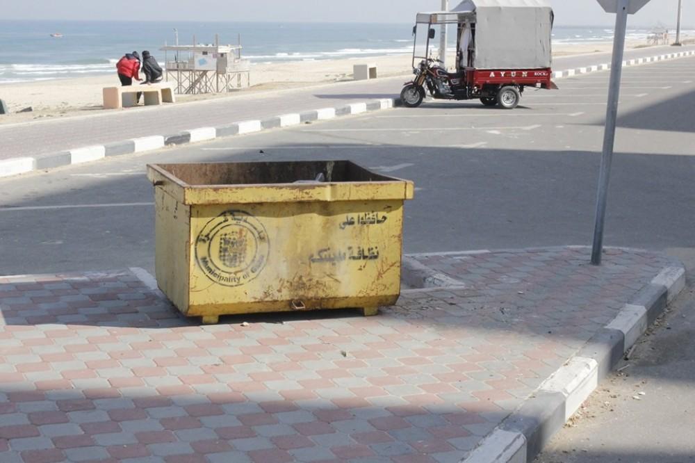 بلدية غزة  توزع  80 حاوية على طول الشاطئ والكورنيش
