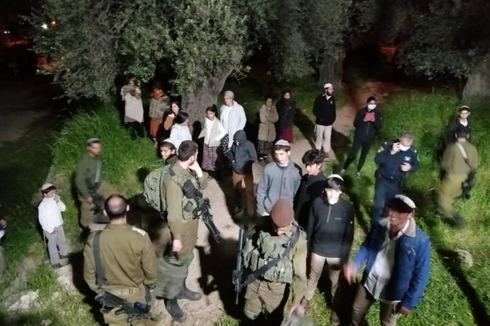 مستوطنون تحت حماية قوات الاحتلال في الضفة الغربية