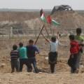 اطفال يرفعون علم فلسطين  خلال مسيرة العودة
