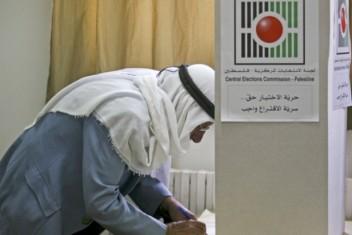 الحكومة تدعو حماس لمراجعة موقفها بشأن المشاركة في الانتخابات