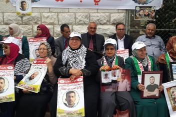 مواطنون يؤدون صلاة الجمعة ببلدة أبو ديس إسنادا للأسرى المضربين