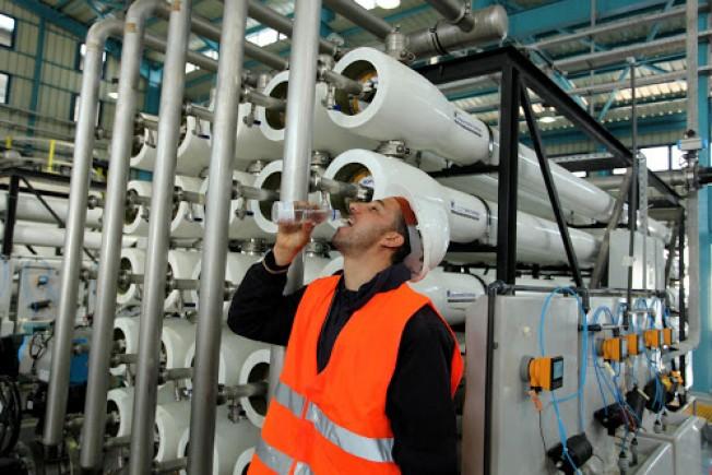 صورة من داخل محطة تحلية مياه البحر في قطاع غزة