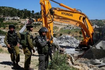 الاحتلال يهدم 3 منازل وغرف وبركسات زراعية بالقدس