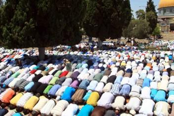 آلاف المواطنين يؤدون صلاة الجمعة بالأقصى