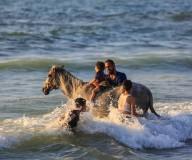 غزيون يستجمون على شاطئ بحر غزة.. تصوير: عطية درويش