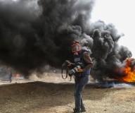 الطواقم الصحفية أثناء تغطيتها للمواجهات في جمعة الأسرى والشهداء شرق غزة تصوير: عطية درويش