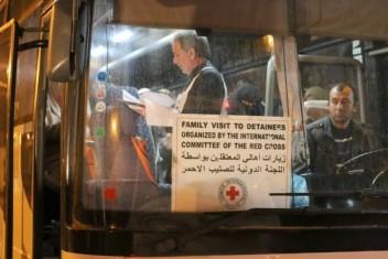 """وزارة الأسرى : 17 من ذوي الأسرى يزورن أبنائهم  في سجن """"رامون"""""""