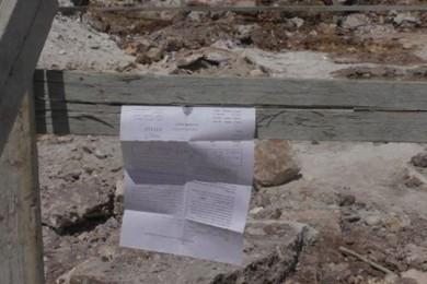 الاحتلال يخطر بإزالة مدرسة ومسجد جنوب الخليل