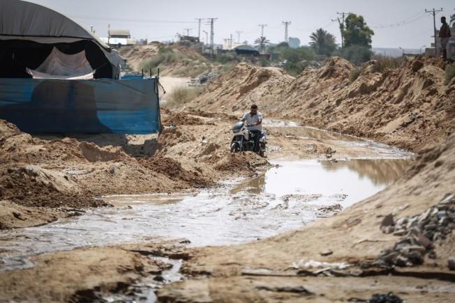 المياه المصرية التي بدأت تطفو على الجانب الفلسطيني
