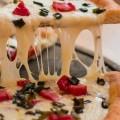 طريقة بسيطة ومفيدة لتسخين البيتزا.. كما لو خرجت للتو من الفرن