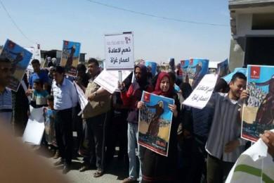 وقفة نسوية في خان يونس احتجاجًا على تأخر الإعمار