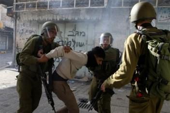 الاحتلال يعتقل شابًا خلال اقتحام كفر عقب بالقدس
