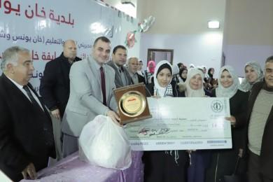 بلدية خان يونس تكرم الفائزين بمسابقة خان يونس تقرأ وبرنامج التوعية المدرسية