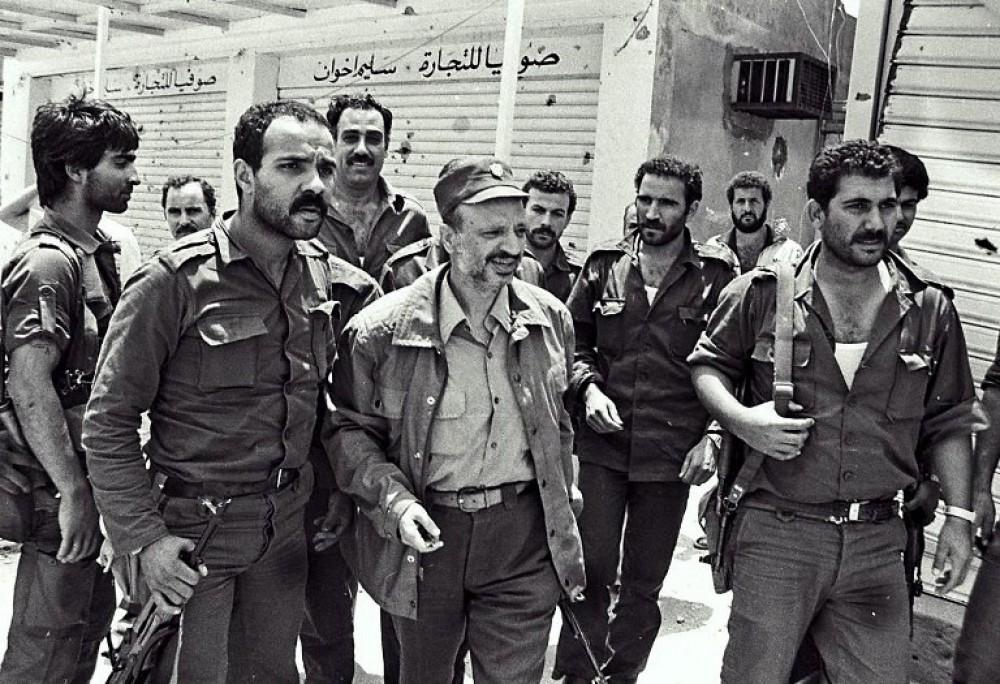 عرفات برفقة مقاتلين من حركة فتح