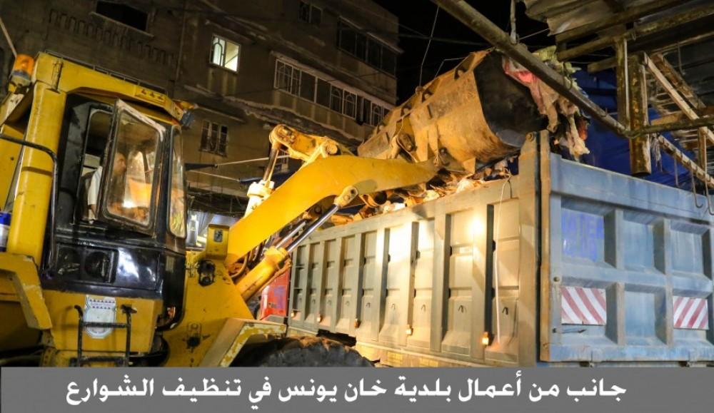 بلدية خان يونس تجمع وتُرحل 3499,61 طن نفايات من شوارع المدينة