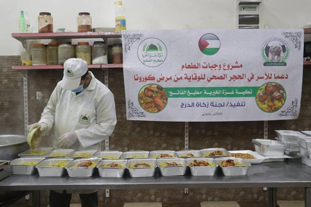 تكية غزة الخيرية تعد وجبات الطعام لمراكز الحجر الصحي بغزة